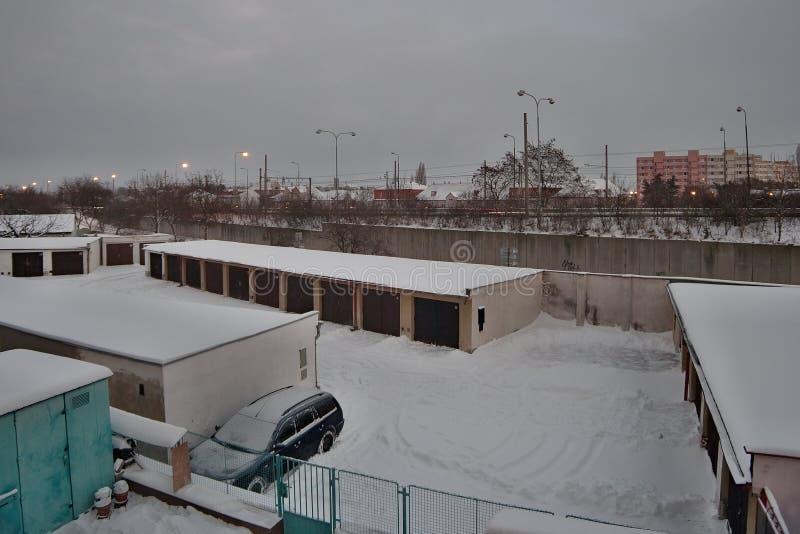 Chomutov, Ustecky kraj, republika czech - Styczeń 05, 2017: garaże i droga liczą 13 w popołudniu po opadu śniegu zdjęcie stock