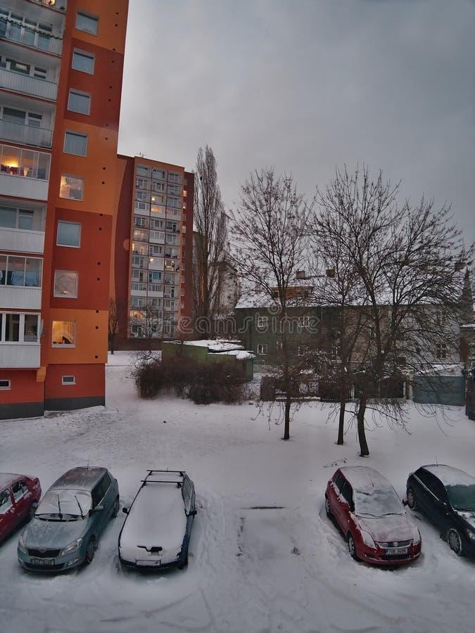 Chomutov, Ustecky kraj, republika czech - Styczeń 05, 2017: popołudniowa fotografia Lidicka ulica w Chomutov mieście po opadu śni fotografia stock