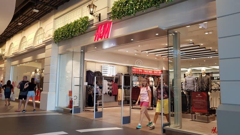 Chon Buri,泰国- 2018年12月21日:H&M商店,终端21芭达亚分支外视图有顾客的 免版税库存图片