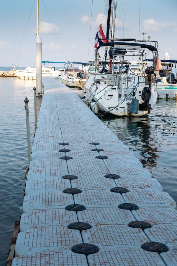 CHON BURI, TAILÂNDIA - 16 DE FEVEREIRO DE 2019: Caminhos flutuantes do porto de iates praia de Pattaya, Tailândia Sudeste Asiátic fotografia de stock