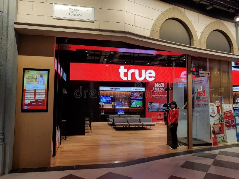 Chon Buri, Tailandia - 21 de diciembre de 2018: Servicio verdadero de la tienda del movimiento a los clientes y a la gente, rama  imágenes de archivo libres de regalías