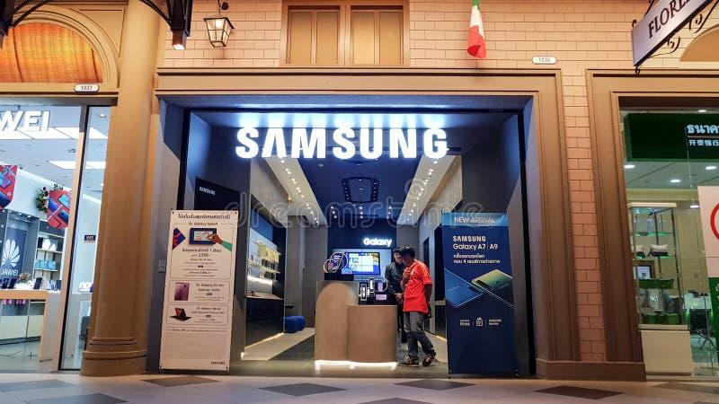 Chon Buri, Tailandia - 21 de diciembre de 2018: Vista exterior de la tienda móvil de SAMSUNG, imagen de archivo libre de regalías