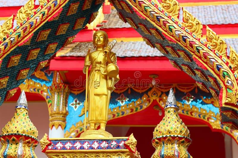 Chon Buri, TAILANDIA - 6 ottobre 2017 punto del fuoco selettivo sulla statua di Buddha sulla entrata incurvata del tempio a Wat P immagini stock