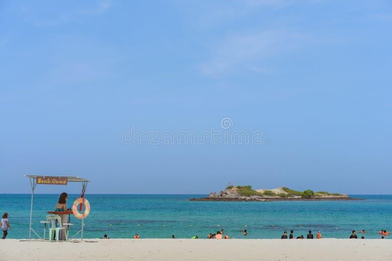 CHON BURI THAILAND - APRIL 19: Oidentifierade turister kopplar av och simmar p? stranden av Samae San ?ar Koh Samae San p? April royaltyfri fotografi