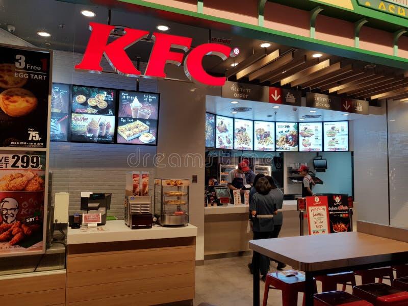 Chon Buri Thailand - December 21, 2018: Yttre sikt av KFC snabbmatrestaurangen med kunder, Pattaya för terminal 21 filial fotografering för bildbyråer
