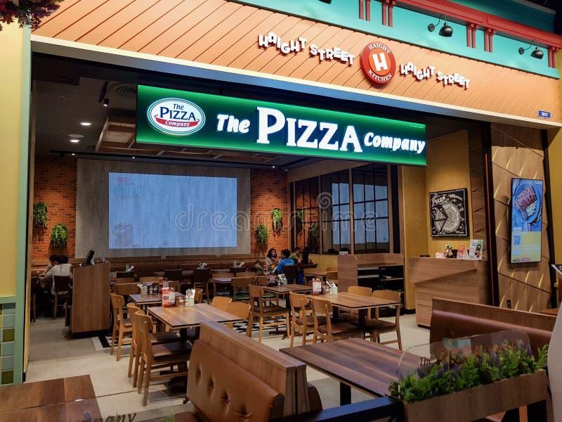 Chon Buri Thailand - December 21, 2018: Yttre sikt av pizzaföretagsrestaurangen med kunder, Pattaya för terminal 21 filial arkivfoton