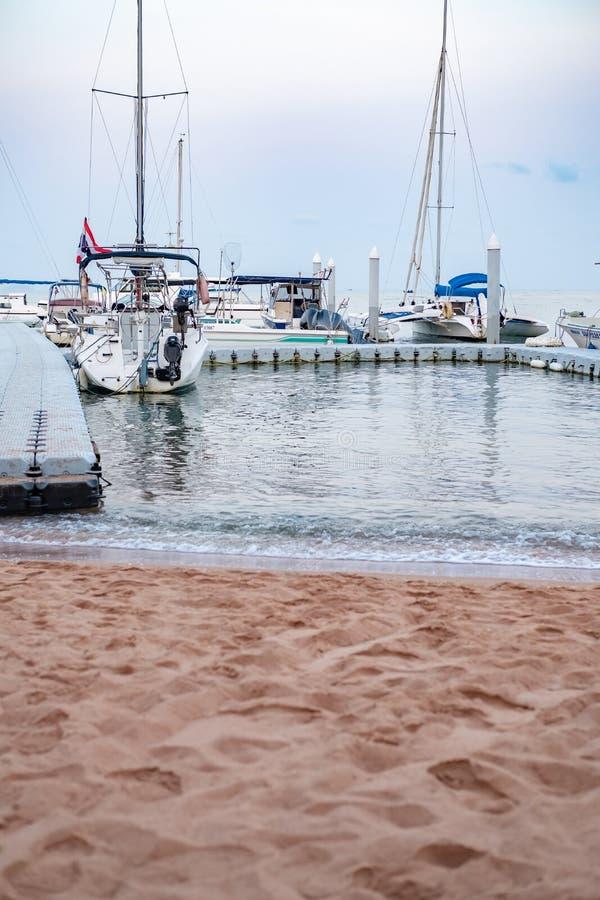 CHON BURI, THAILANDIA - 16 FEBBRAIO 2019: Guarda il piccolo yacht club di Pattaya Lo yacht, l'ormeggio a vela, il parcheggio al m fotografie stock
