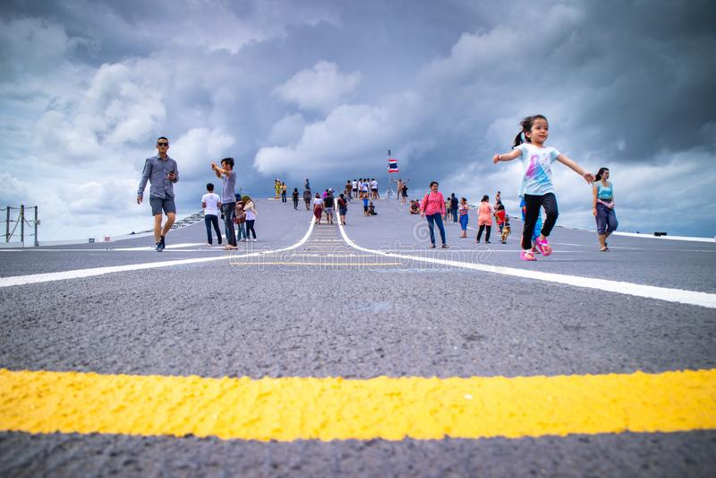 Chonburi/Ταϊλάνδη - 30 Ιουλίου 2018: Οι άνθρωποι περπατούν και περιοδεύουν σε HTMS Chakri Naruebet, τη ναυαρχίδα και το αεροπλανο στοκ φωτογραφίες με δικαίωμα ελεύθερης χρήσης