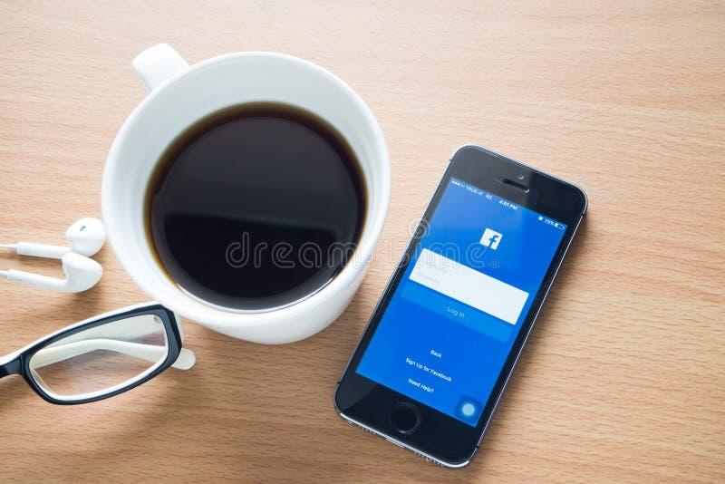 CHONBURI-, November 18: Wood tabell med kaffekoppen och facebook arkivbilder