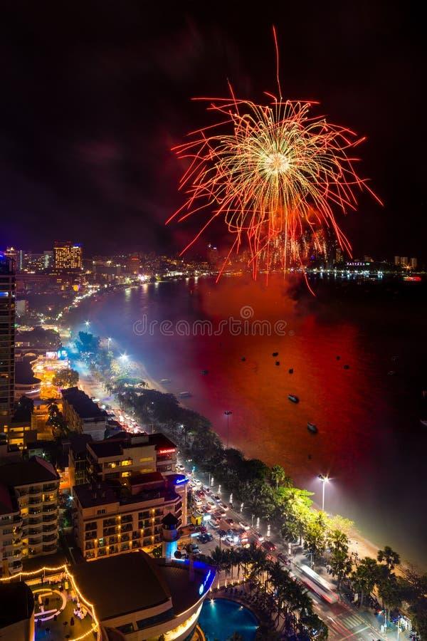 Chonburi, Tailândia - 8 de junho de 2018: Festival internacional dos fogos-de-artifício de Pattaya, evento grande na cidade de pa fotos de stock