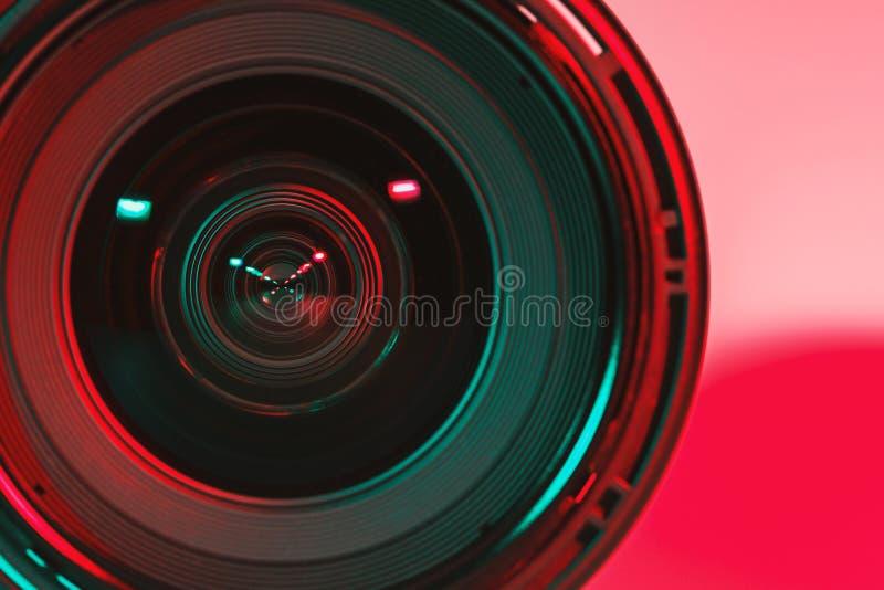 CHONBURI, TAILÂNDIA - em agosto de 2018: Parte dianteira da câmera e do lig da lente fotos de stock royalty free