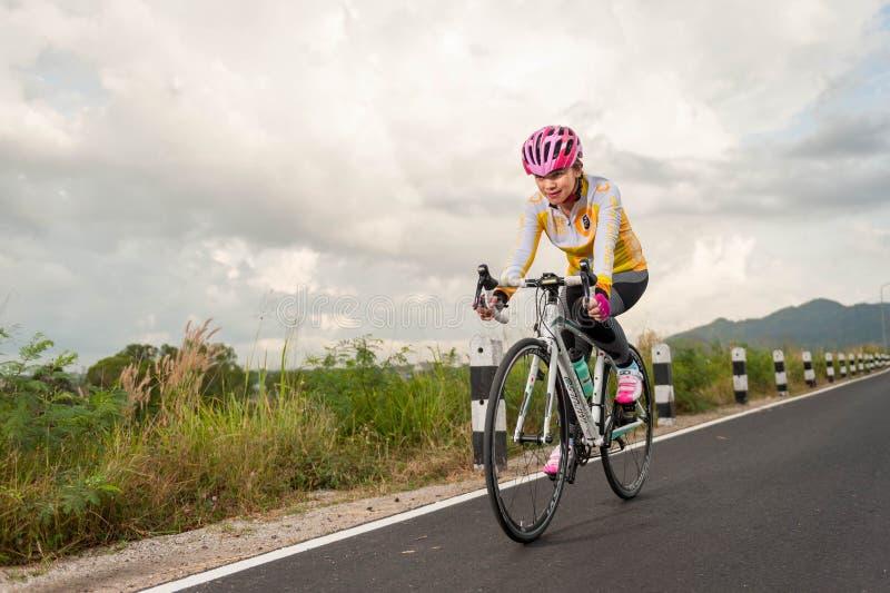 Chonburi TAILANDIA 10 de enero de 2016: La gente monta las bicicletas para los exercies, la raza de bicicleta del camino a través imagenes de archivo
