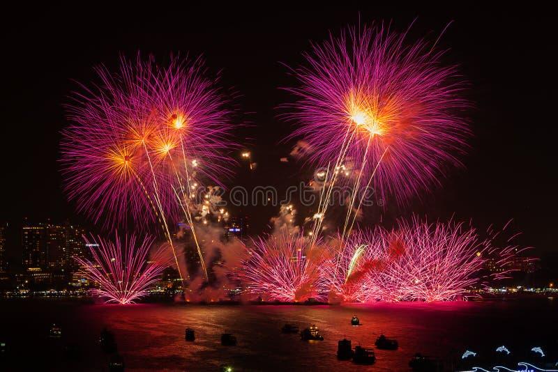 Chonburi, Tailandia - 28 de noviembre de 2015: El festival internacional de los fuegos artificiales de Pattaya es una competencia foto de archivo libre de regalías