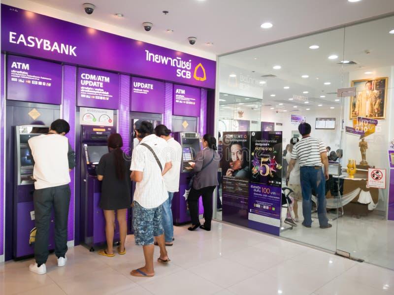 Chonburi, Tailandia, julio de 2017: gente que se coloca en la cola para usar ATMs fotos de archivo libres de regalías