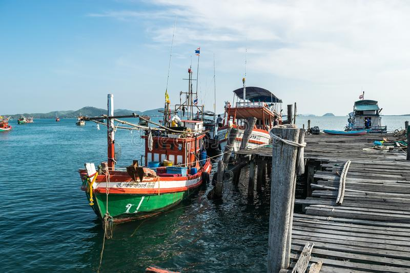 Chonburi, Thaïlande - 1er janvier 2018 : Vue de vieille jetée en bois avec la corde et le boatsat de pêche la vieille jetée en bo photographie stock