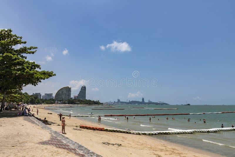 Chonburi Thailand - April 20, 2018: Många turister simmar på den Pattaya stranden arkivbilder