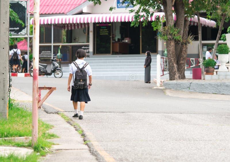 CHONBURI, THAILAND 3. AUGUST 2017: Thailändisches Schulmädchen mit Rucksack geht zur Schule morgens lizenzfreies stockfoto
