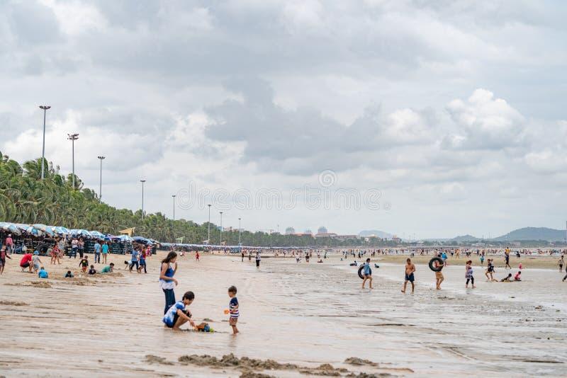 Chonburi Thailand - 12 Augusti 2018: Det thailändska folket och turister spelar, kopplar av och förnyar med deras långa helgsemes royaltyfri fotografi