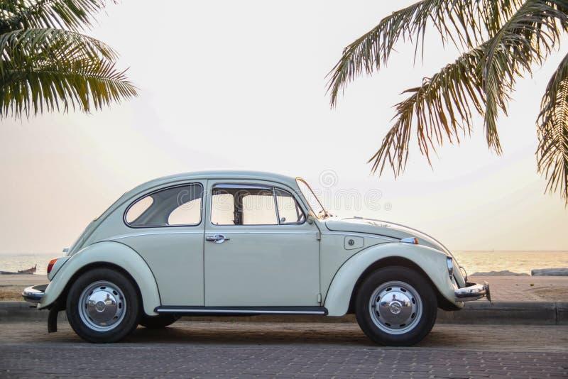 CHONBURI, THAILAND - Maart 10, 2017: Het parkeren van Volkswagen Beetle van 1964 bij de kust op straat stock afbeelding