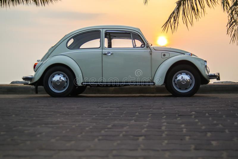 CHONBURI, THAILAND - Maart 10, 2017: Het parkeren van Volkswagen Beetle van 1964 bij de kust op straat stock afbeeldingen