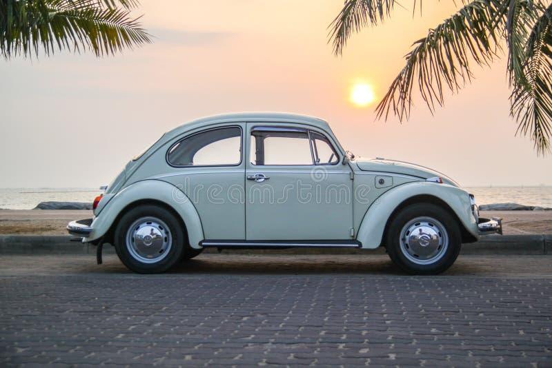 CHONBURI, THAILAND - Maart 10, 2017: Het parkeren van Volkswagen Beetle van 1964 bij de kust op straat royalty-vrije stock foto's
