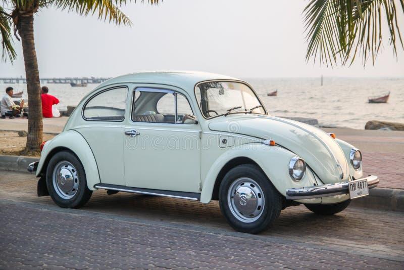 CHONBURI, THAILAND - Maart 10, 2017: Het parkeren van Volkswagen Beetle van 1964 bij de kust op straat royalty-vrije stock afbeelding