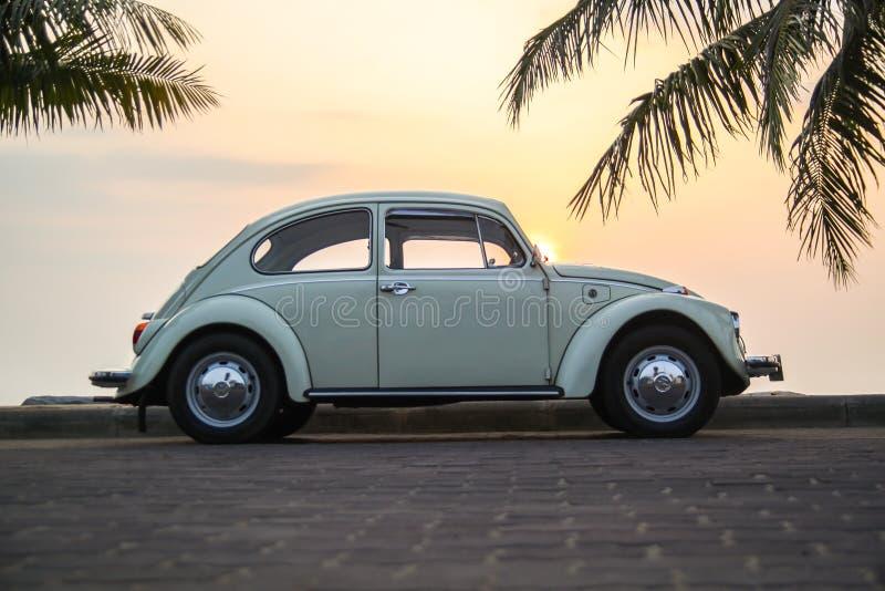 CHONBURI, THAILAND - Maart 10, 2017: Het parkeren van Volkswagen Beetle van 1964 bij de kust op straat stock foto