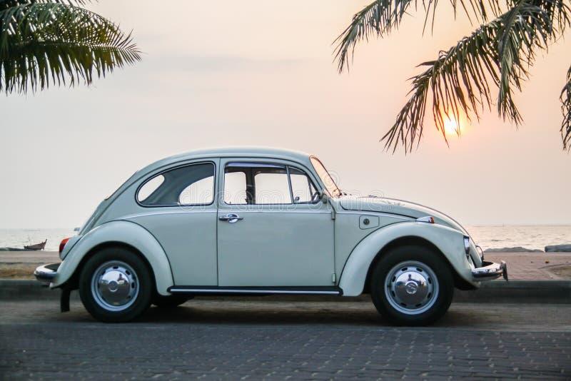 CHONBURI, THAILAND - Maart 10, 2017: Het parkeren van Volkswagen Beetle van 1964 bij de kust op straat royalty-vrije stock foto