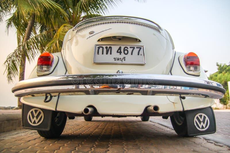 CHONBURI, THAILAND - Maart 10, 2017: Het parkeren van Volkswagen Beetle van 1964 bij de kust op straat royalty-vrije stock afbeeldingen