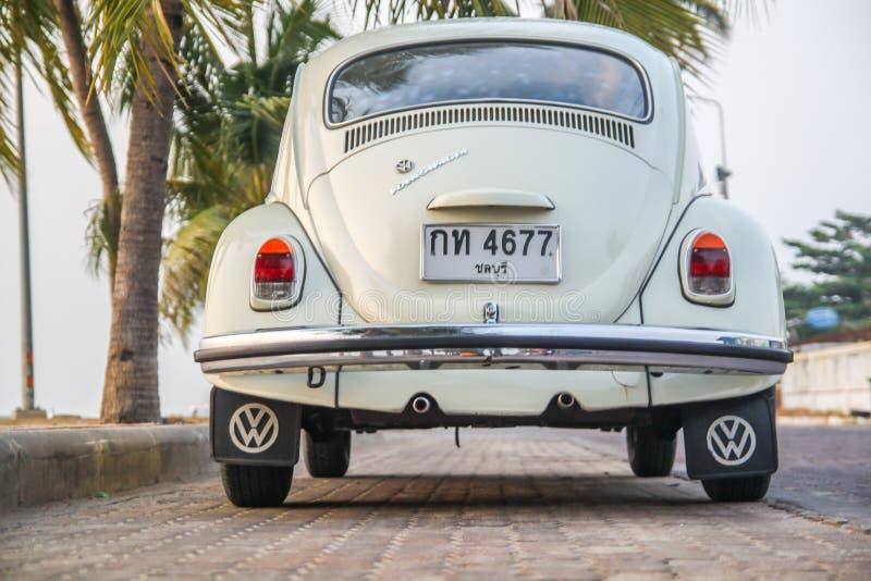 CHONBURI, THAILAND - Maart 10, 2017: Het parkeren van Volkswagen Beetle van 1964 bij de kust op straat stock foto's