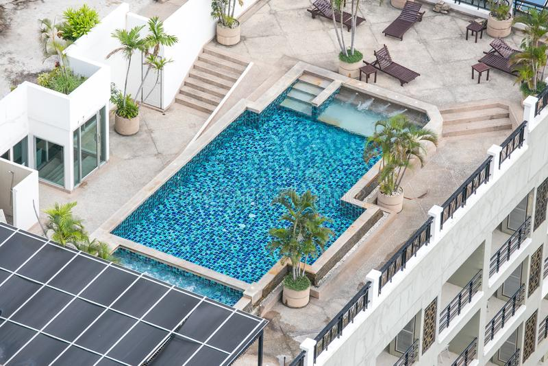 Chonburi, Thailand - 12. Mai 2018: Spitzenswimmingpool des Dachs im Luxushotel lizenzfreies stockfoto