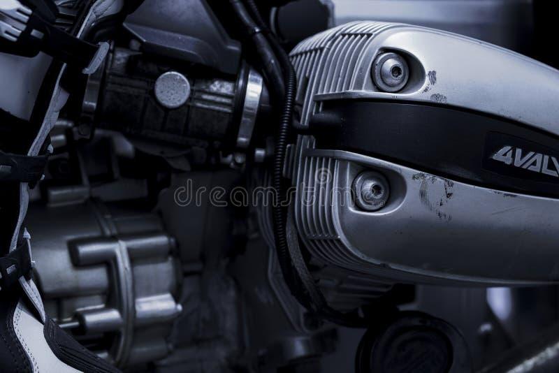 CHONBURI, THAILAND 10. SEPTEMBER 2017: Schwarzweiss-Abdeckung des einzylindrigen Zylinderkopfes der Szene im BMW-Motorradshop stockfotos