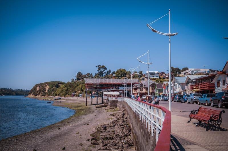 Chonchi strand och dess marknad i bakgrunden royaltyfri fotografi
