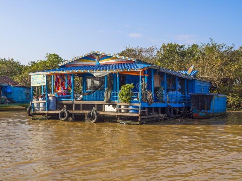 Chong Kneas - Камбоджа, красочная плавая деревня стоковые фотографии rf
