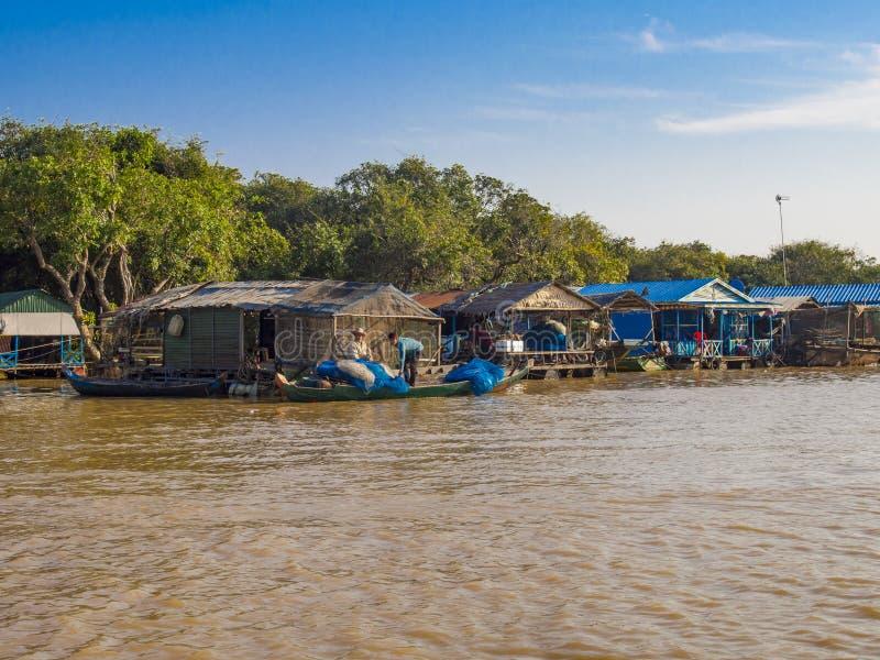 Chong Kneas - Cambodja, - den färgrika sväva byn i Tonle underminerar sjön fotografering för bildbyråer