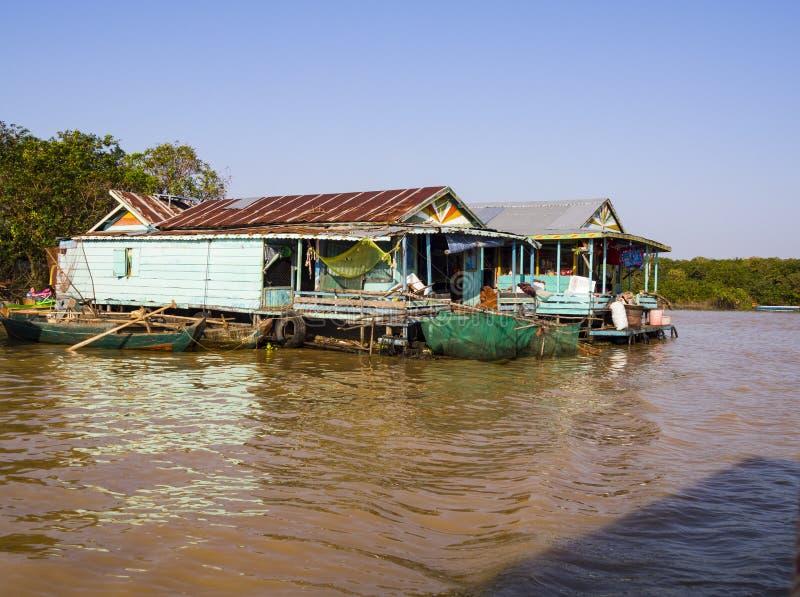 Chong Kneas - den färgrika sväva byn i Tonle underminerar sjön royaltyfri bild