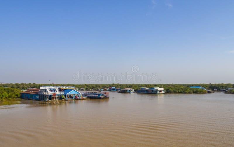 Chong Kneas - Kambodja, Kleurrijk drijvend Dorp in Tonle-Sapmeer royalty-vrije stock afbeeldingen