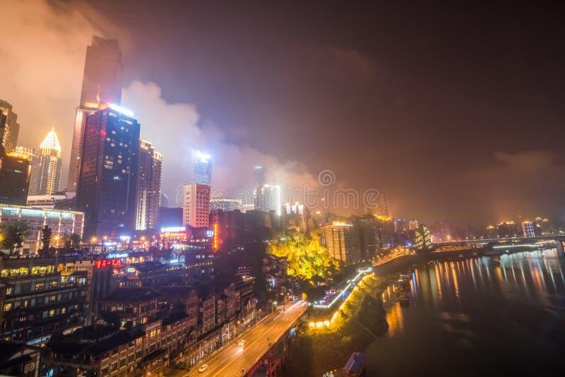 CHONGQING, CHINA - 9 DE SETEMBRO DE 2016: O pessoa que anda no centro de negócios de Chongqing, Chongqing é o direto-controlado o fotografia de stock royalty free