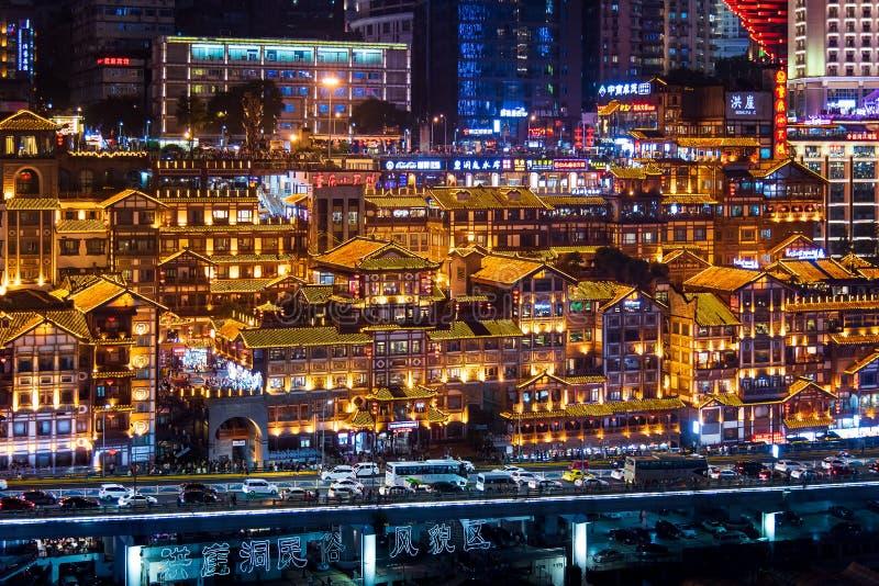 Chongqing Chiny, Lipiec, - 23, 2019: Hongya jama w Chongqing z nowożytnym linia horyzontu i drapacz chmur w tle zdjęcia stock