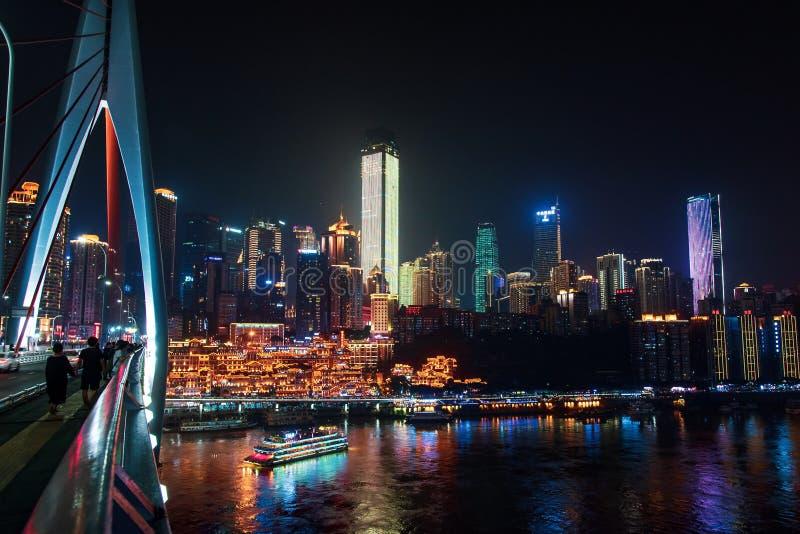 Chongqing, Cina - 23 luglio 2019: Orizzonte urbano di Chongqing con la caverna di Hongya ed i grattacieli moderni in Cina fotografia stock libera da diritti