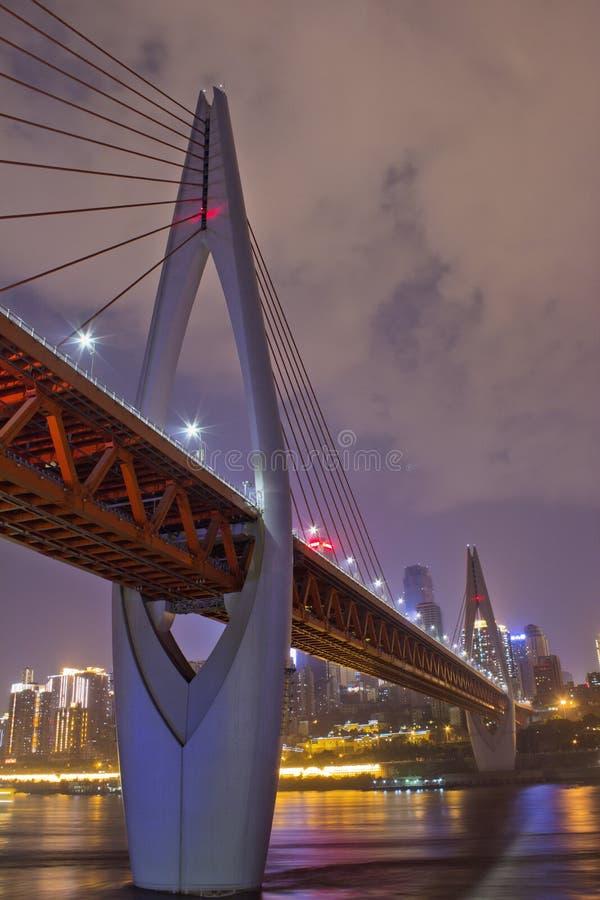Chongqing DongShuiMen Yangtze River Bridge bij Nacht stock foto