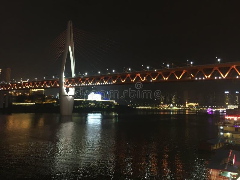 Chongqing Hongya-Loch außerhalb der der Jangtse-Brücke stockbild