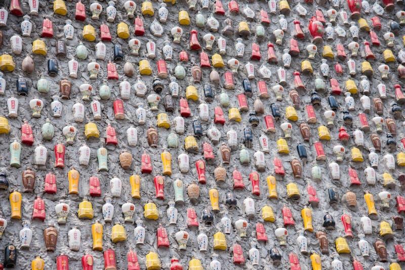 Download Chongqing Shi Guohua Ceramics Co , Ltd Los Tanques Desechados Con Un Palillo En Una Pared Imagen de archivo - Imagen de envases, east: 42432087