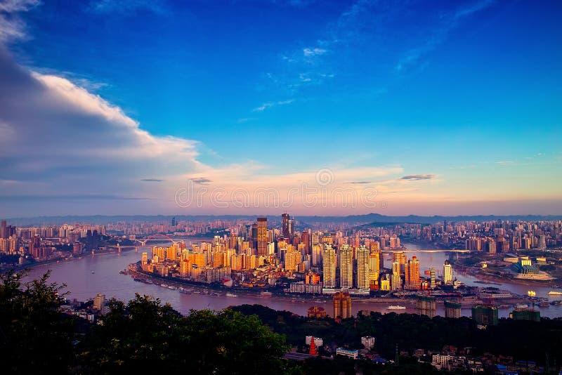 chongqing stadssoluppgång arkivbild