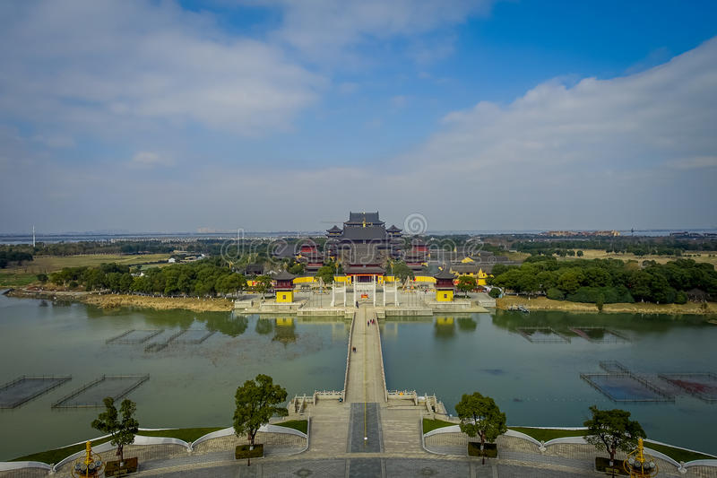 CHONGYUANG寺庙,中国:平安的寺庙复杂,美丽的大厦,建筑学的壮观的概要图片和 库存图片