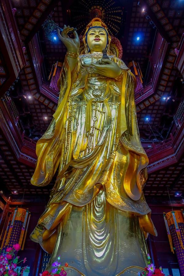CHONGYUANG寺庙,中国- 2017年1月29日, :关闭美丽的金黄菩萨雕象,伟大的详细的装饰,部分 免版税库存图片