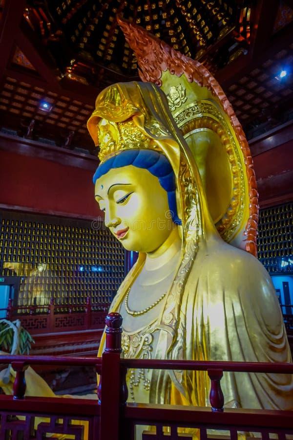 CHONGYUANG TEMPEL, CHINA: Sluit omhoog het mooie gouden standbeeld van Boedha, grote gedetailleerde decoratie, een deel van tempe royalty-vrije stock afbeelding