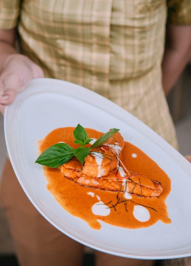 Choo Chee - molho grosso do caril vermelho picante tailandês com salmões grelhados foto de stock