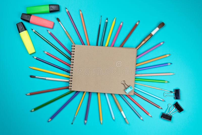 Chool-Notizbuch und verschiedenes Briefpapier Zur?ck zu Schule-Konzept stockbild