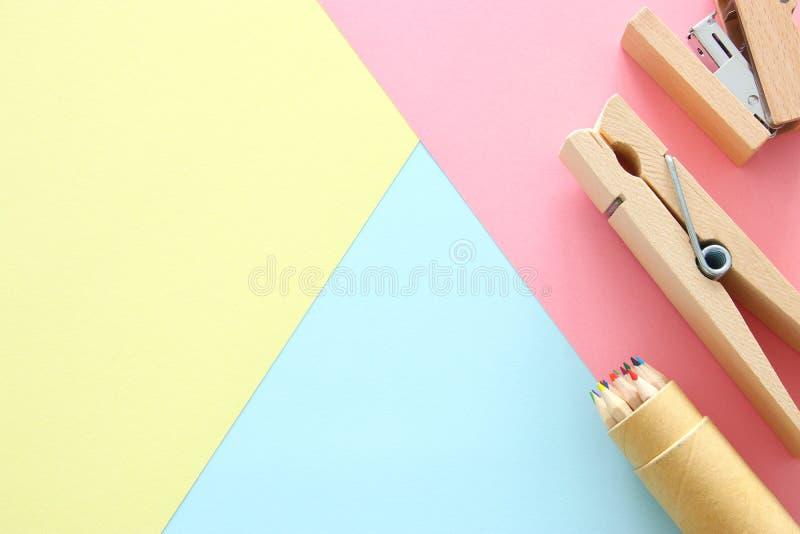chool oder Büroartikel, zurück zu Schule über Pastellhintergrundschablone lizenzfreie stockfotografie